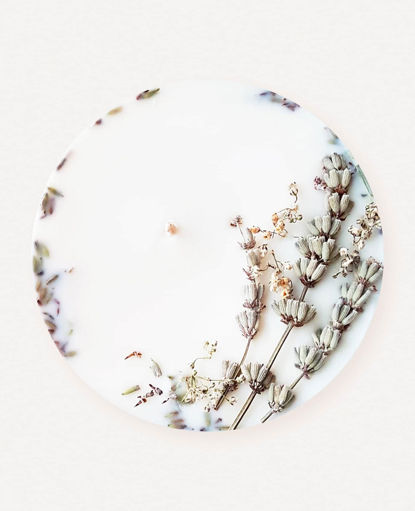 Bougie parfumée fleurie Lavande et bois de Hô aux huiles essentielles bio et vegan de la marque Ponoie made in France