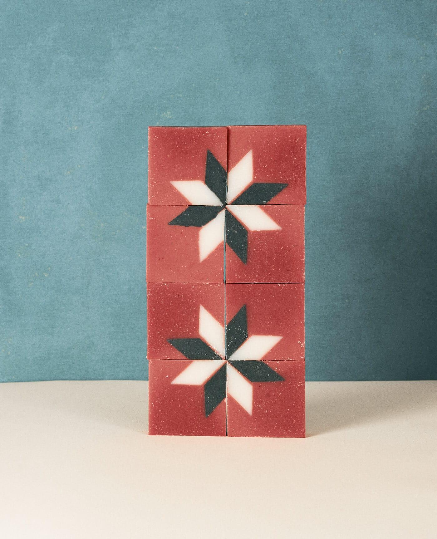 Savon solide bio et vegan de la marque Ciment Paris avec un motif esprit carreau de ciment étoile à la senteur oranger made in france