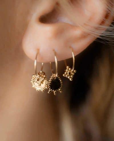 Femme portant des boucles oreilles Charmantes en or de la marque Luj Paris Made in France