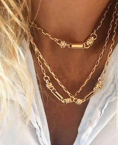 Femme portant des colliers Lili en or de la marque Luj Paris Made in France