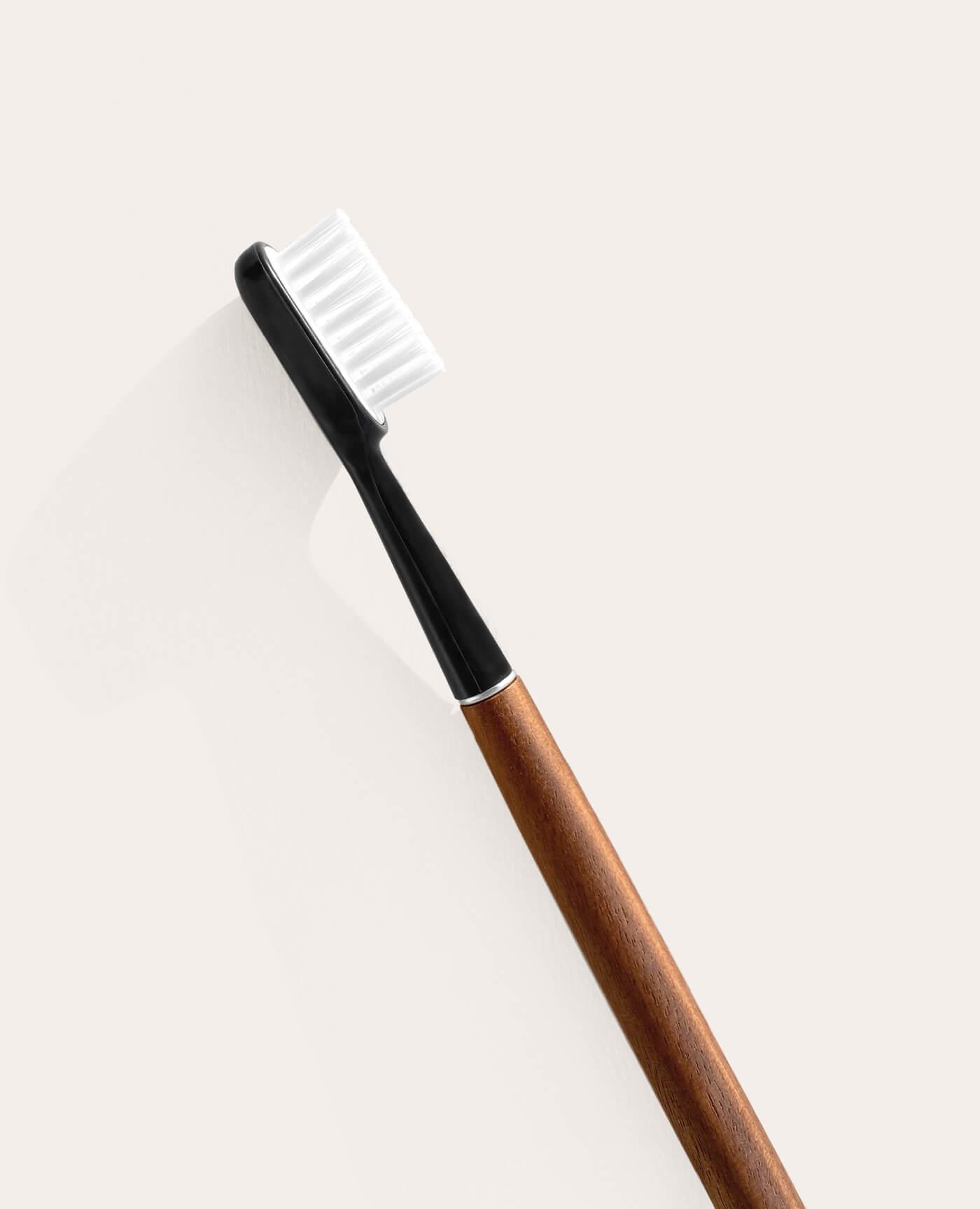 Brosse à dents rechargeable en noyer avec tête amovible de la marque Caliquo Made in France
