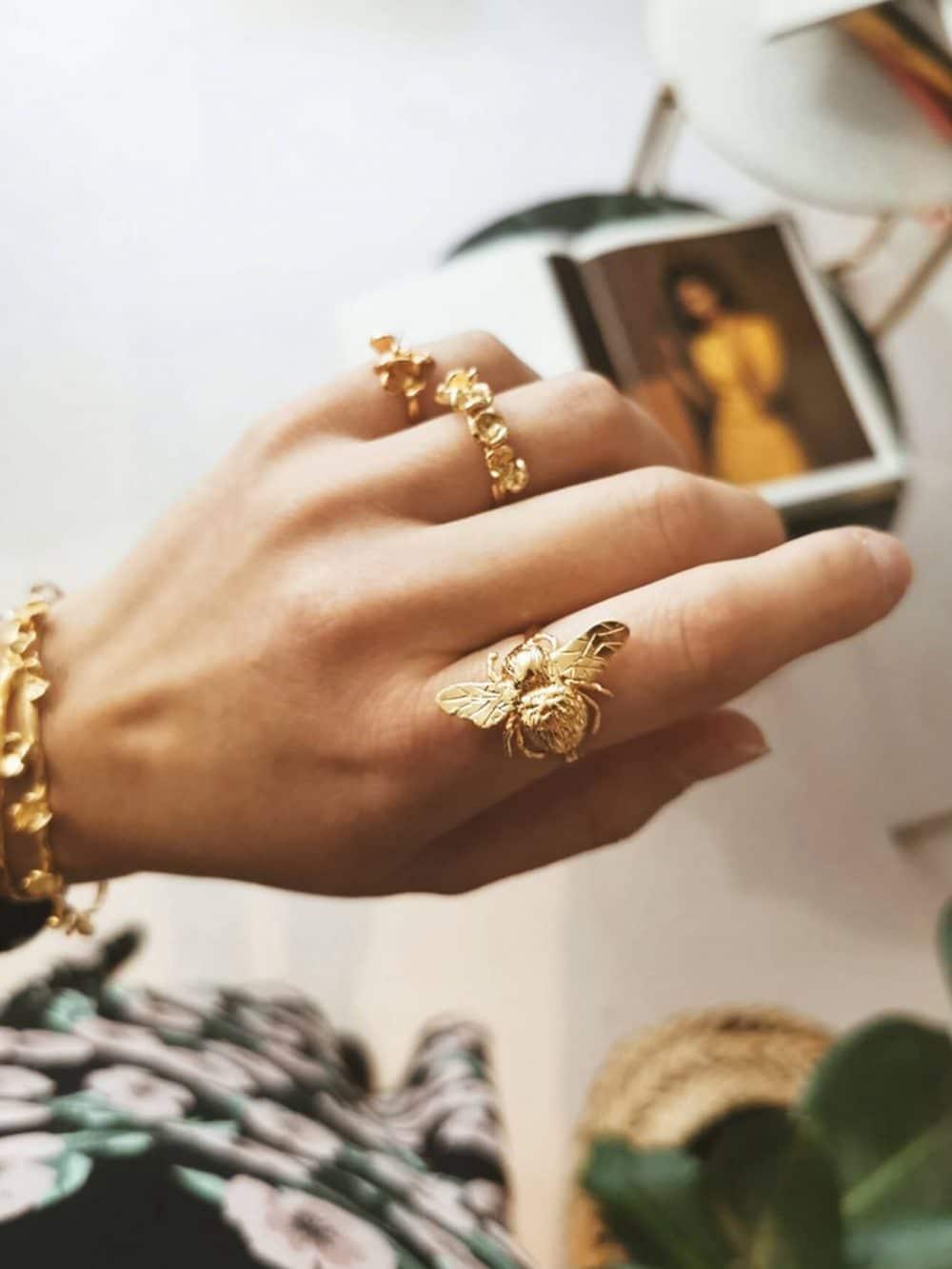 Bague Cela en forme d'abeille en or fairmined de la marque Elise Tsikis made in France