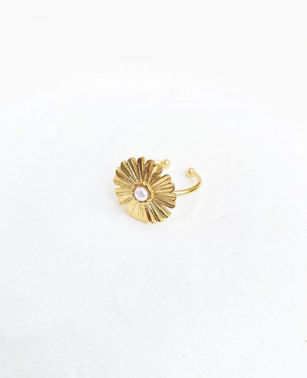Bague Ester en or et perle en forme de fleur faite à la main par la marque Gisel B made in france