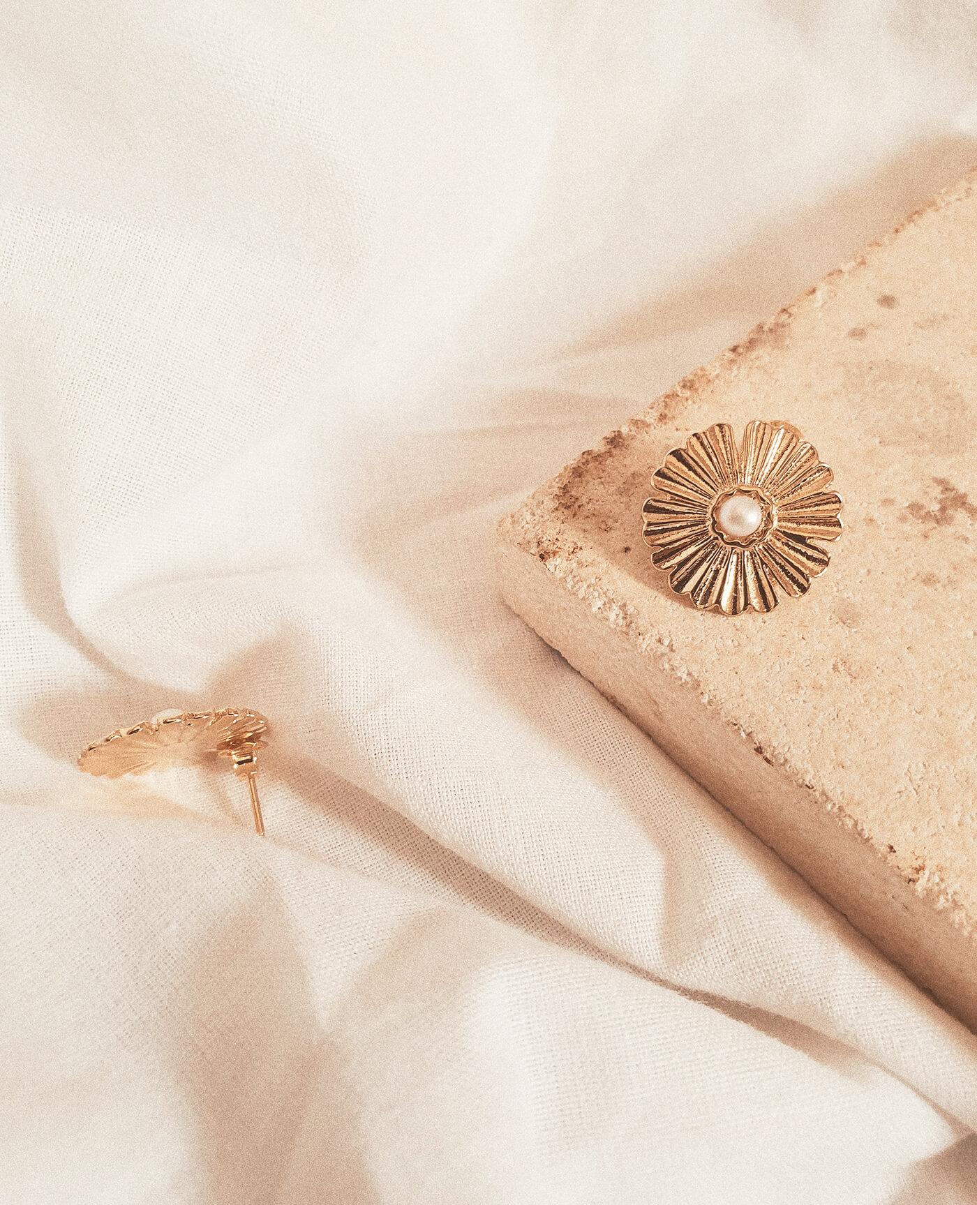 Boucles d'oreilles Ester en or en forme de fleur avec une perle faites à la main par la marque Gisel B made in france