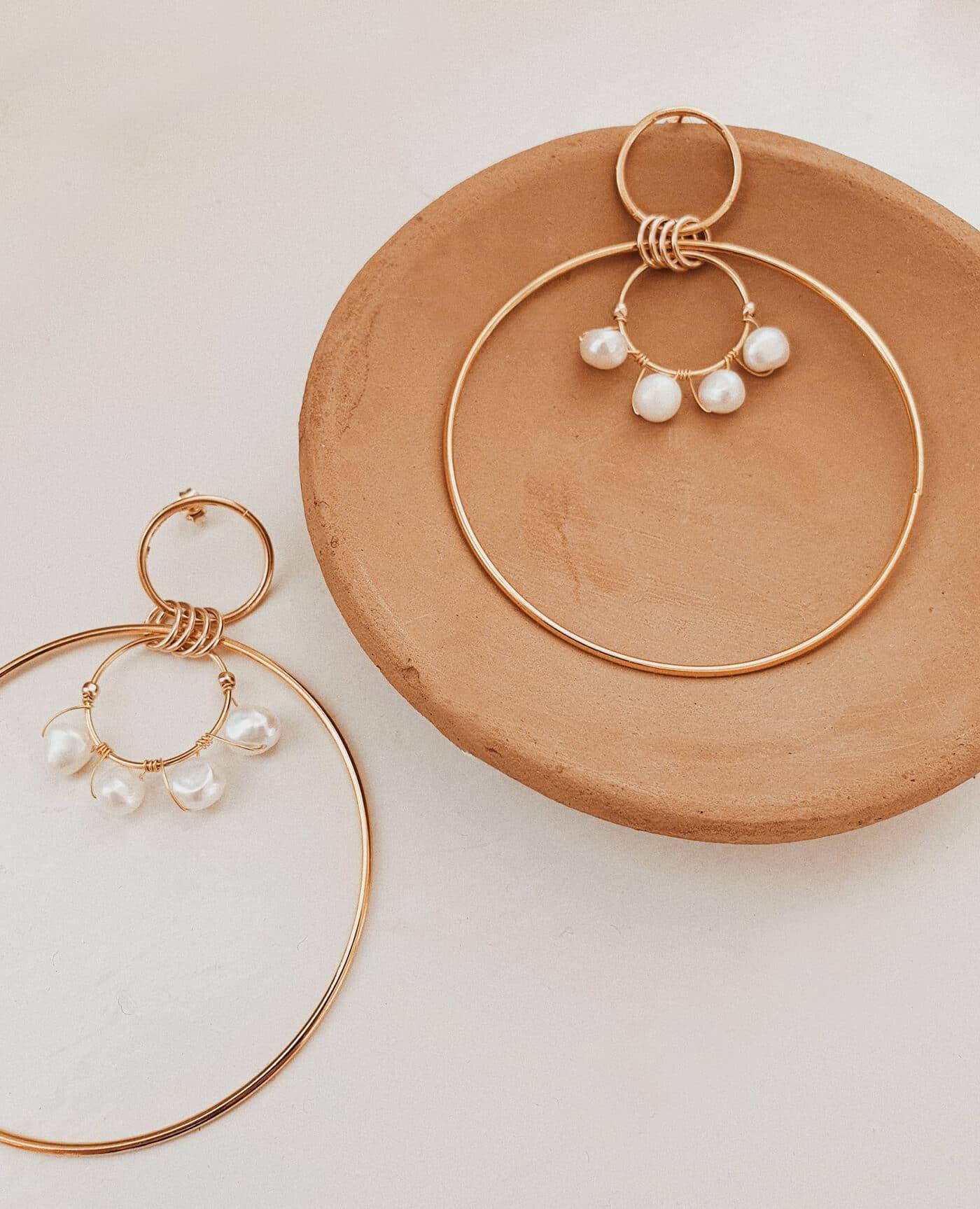 maxi Boucles d'oreilles créoles Érine en perles et or faites à la main de la marque Gisel B made in france