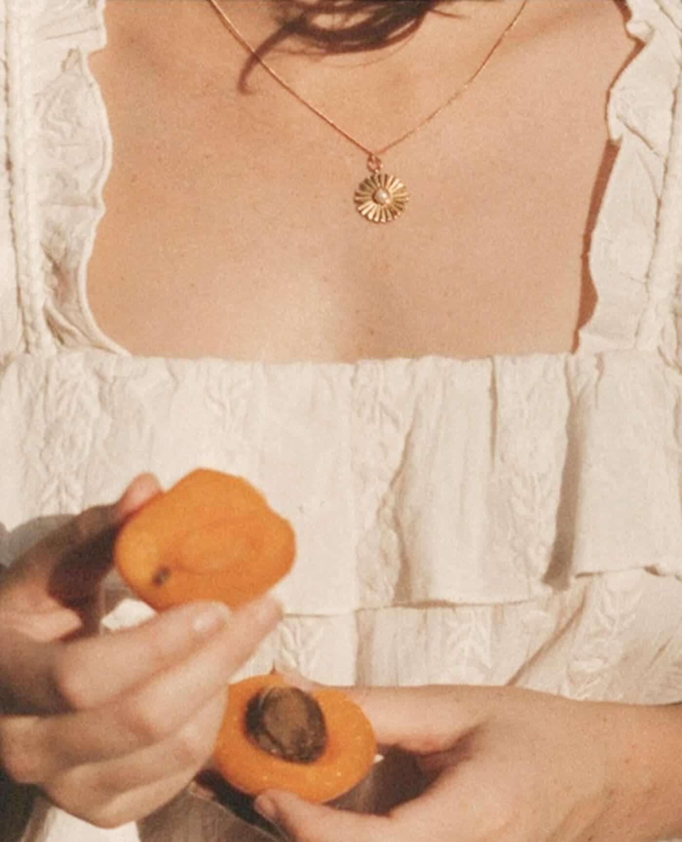 Collier Ester en or en forme de fleur avec une perle fait à la main par la marque Gisel B made in france