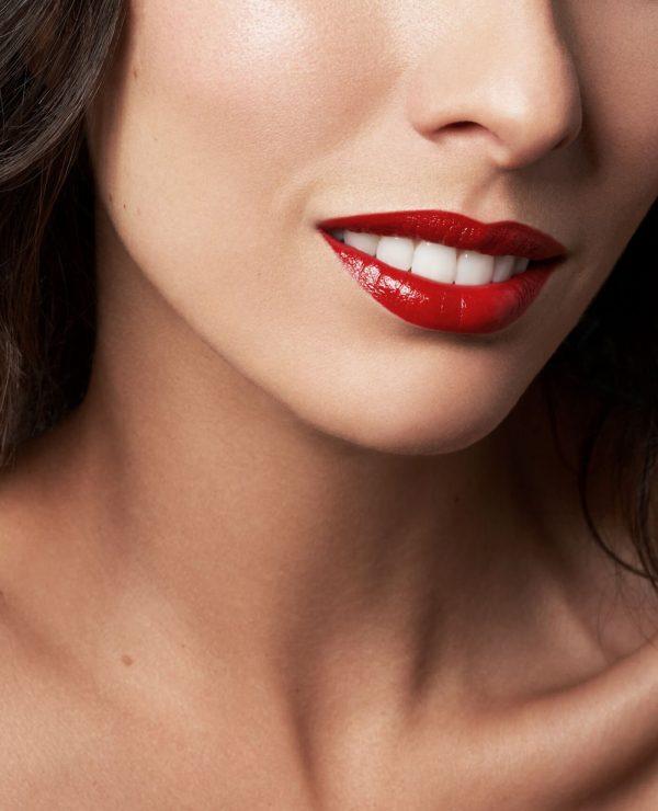 Lèvres de femme avec le Rouge à lèvres rechargeable Alizarine bio et vegan couleur rouge de la marque Le rouge Français Made in France