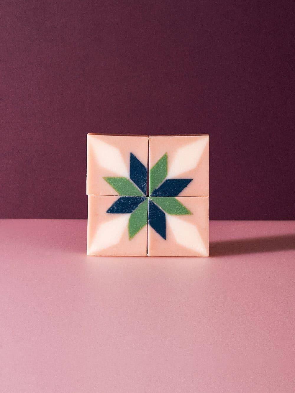 Savon solide bio et vegan de la marque Ciment Paris avec un motif esprit carreau de ciment flocon à la bois de citronnier made in france