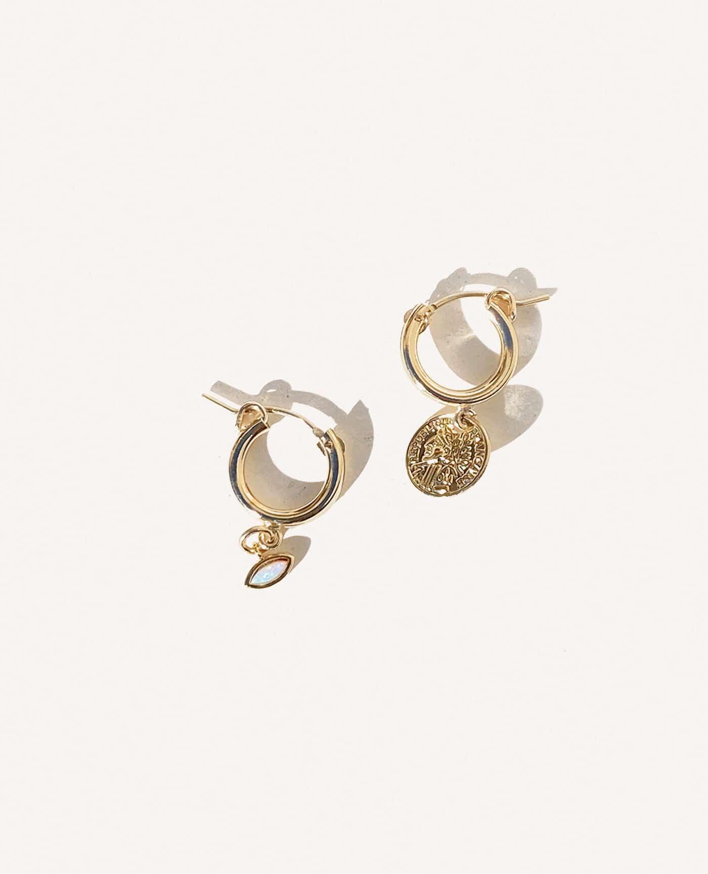 Boucles oreilles Kate asymétriques médaille et oeil de la marque Gisel B made in france