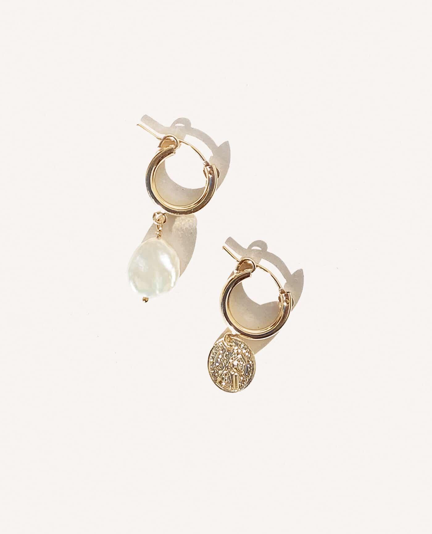 Boucles d'oreilles Kate asymétriques médaille et perle de la marque Gisel B made in france