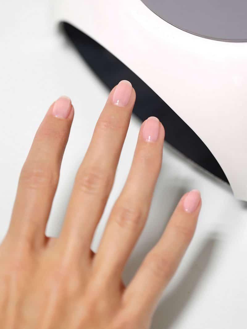 Femme portant un vernis à ongles bio green de la marque Manucurist de couleur nude rose hortencia
