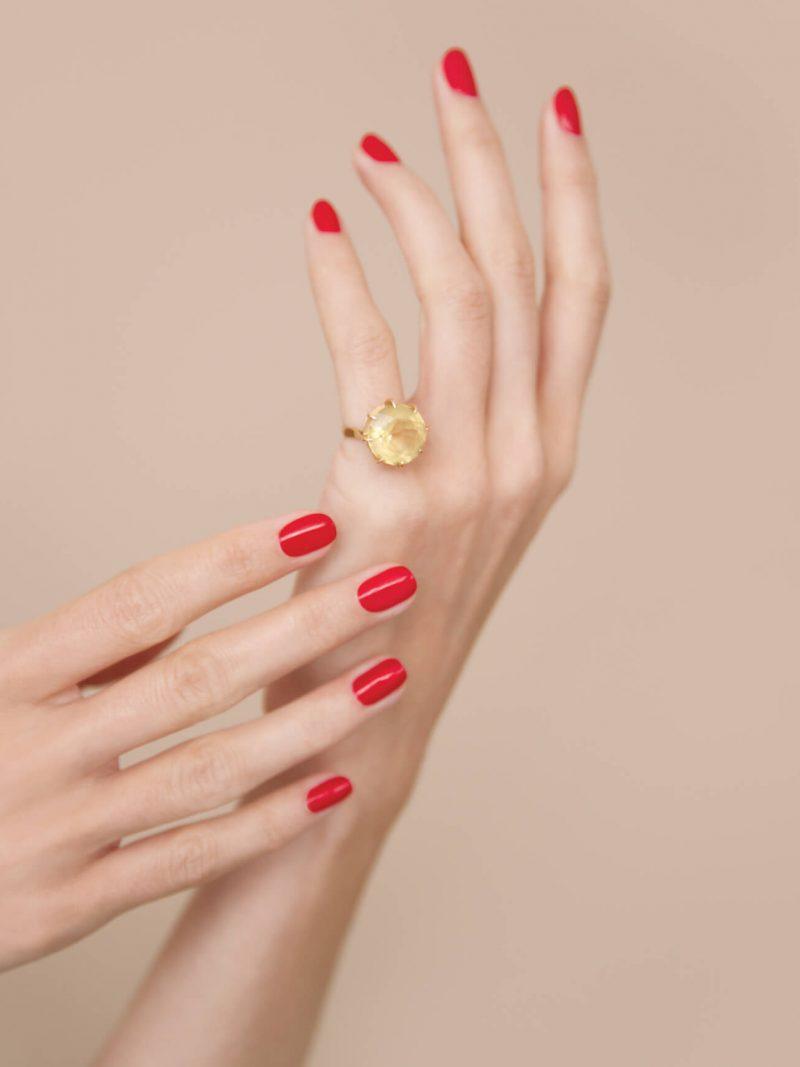 Femme portant un vernis à ongles bio green de la marque Manucurist de couleur rouge red cherry