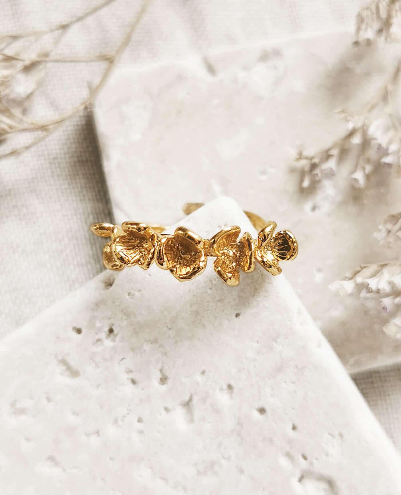 Bague fleurs en or fairtrade modéle Jamne de la marque Elise Tsikis