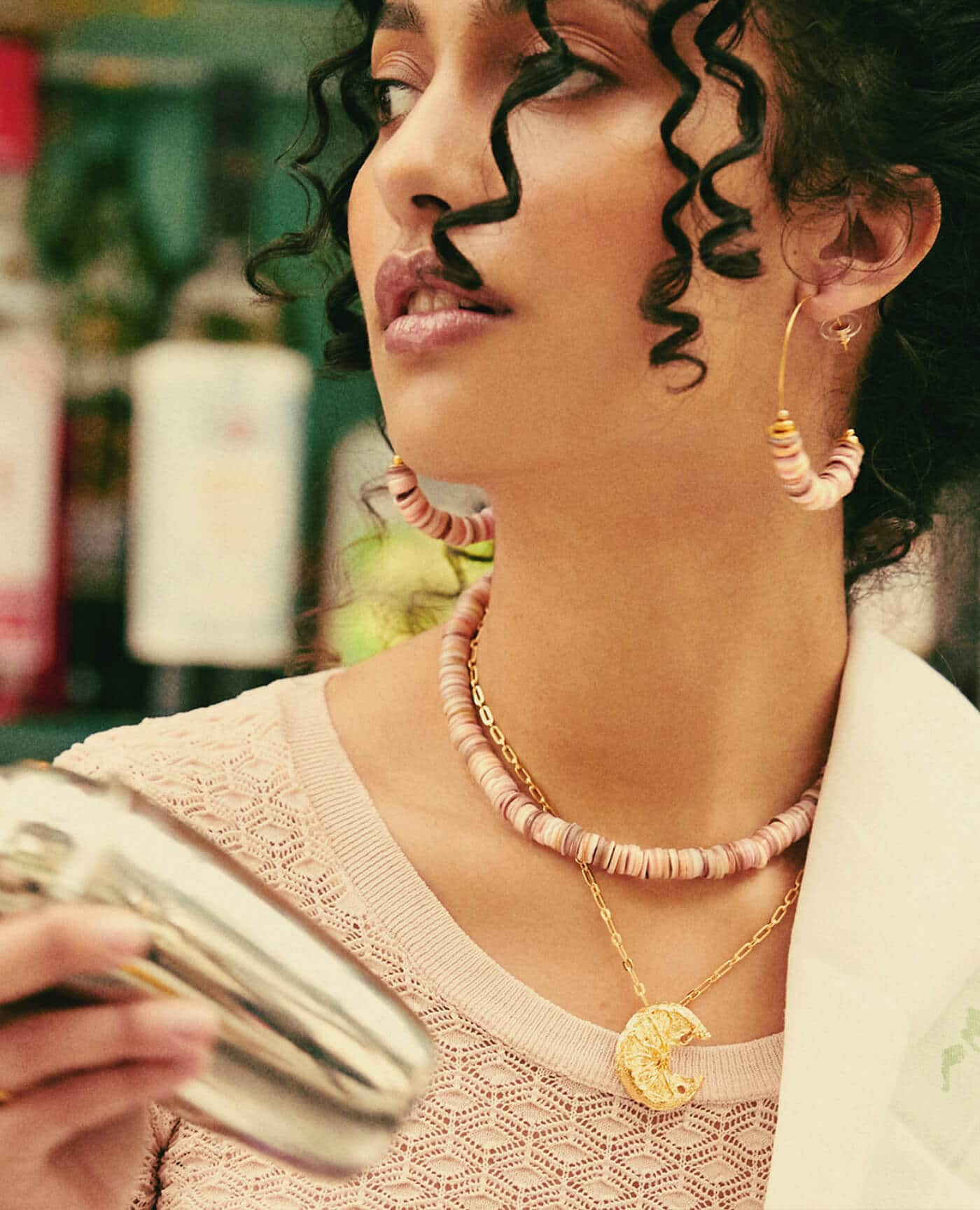 Boucles d'oreilles créoles modèle Isnaga de couleur rose et de la marque Elise Tsikis